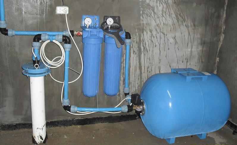 Неглубокая скважина в доме и поверхностный насос